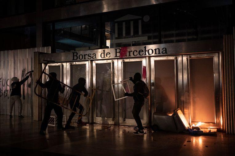 Relschoppers gaan een beursgebouw in Barcelona te lijf. Beeld AP
