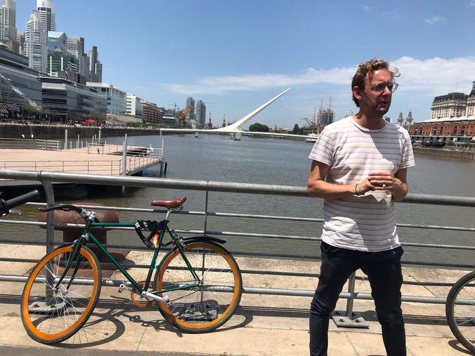 Peter Schouten als fietsgids in Buenos Aires in Argentinië.