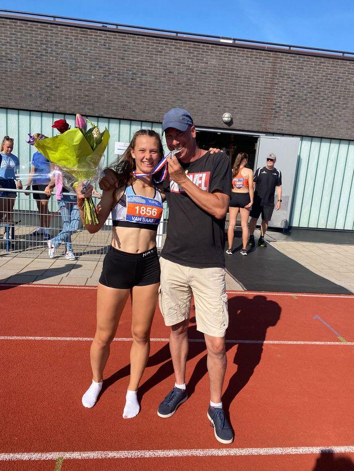 Hanna van Baast van Attila Tilburg werd tweede op het NK zevenkamp bij de B-junioren (U18). Rechts haar hoofdtrainer Jeroen Alessie.