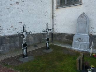 Twee oude gietijzeren grafkruisen op het kerkhof van Zegelsem gerestaureerd