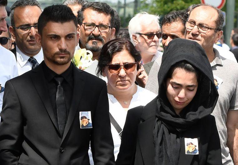 De ouders van Mawda bij de begrafenis van hun dochtertje in mei.
