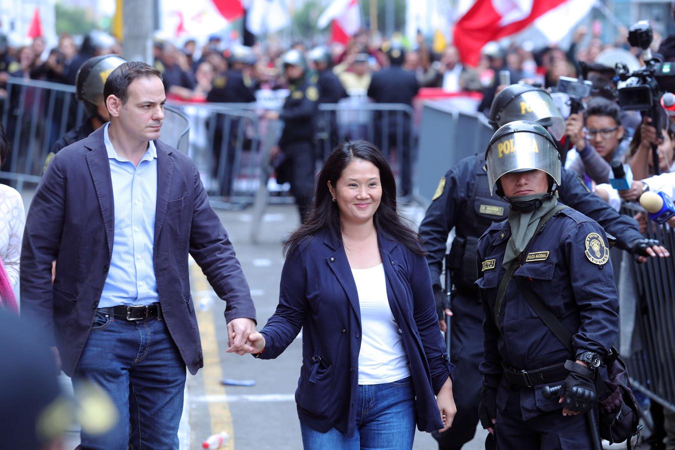 Keiko Fujimori verlaat samen met haar echtgenoot Mark Villanella de rechtbank. Archiefbeeld.
