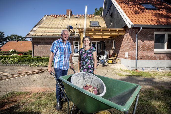 Nu de Siepelmarkten niet doorgaan hebben Jan en Henny Molendijk alle tijd voor de verbouwing van hun huis.