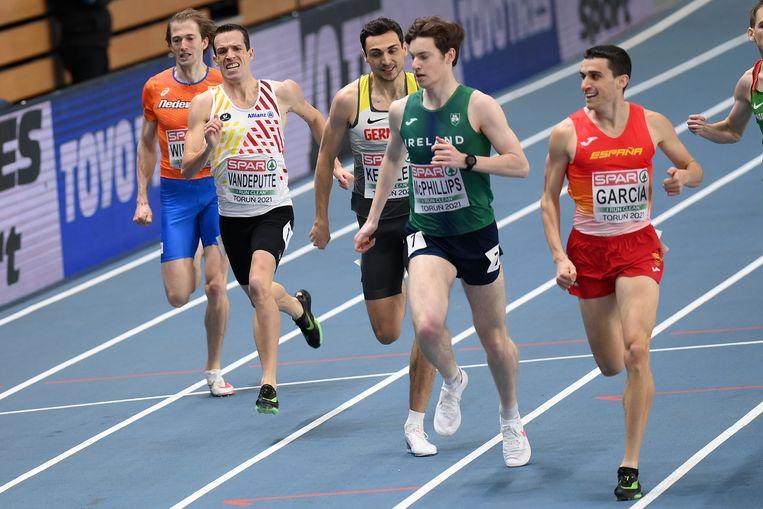 Atleten in actie op  de 800 meter tijdens de EK indoor in Torun. Na het toernooi in Polen in maart werden meerdere sporters positief getest op corona. Beeld BELGA