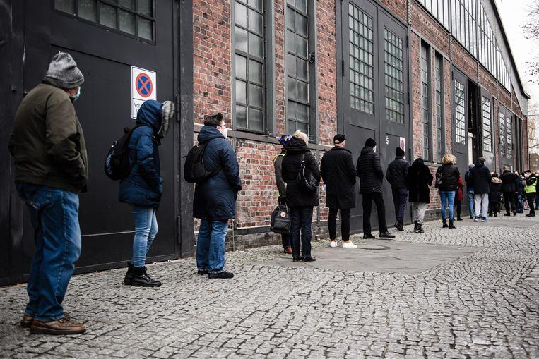 De rij voor de concert- en eventhal Arena in Berlijn, waar op zondag de eerste vaccins worden toegediend.  Beeld EPA