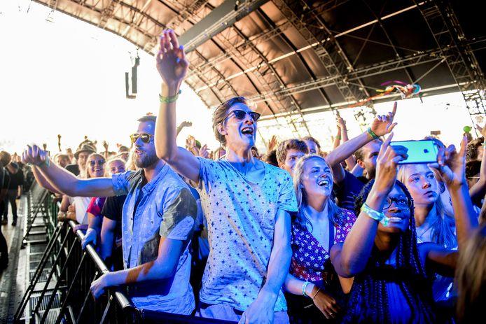 Publiek gaat los op De Jeugd van Tegenwoordig tijdens de eerste dag van de 26e editie van muziekfestival Lowlands.