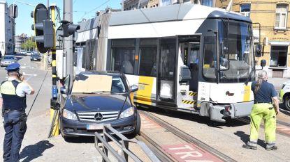 Tram gaat uit de sporen na aanrijding met wagen in Antwerpen, vrouw (77) zwaargewond