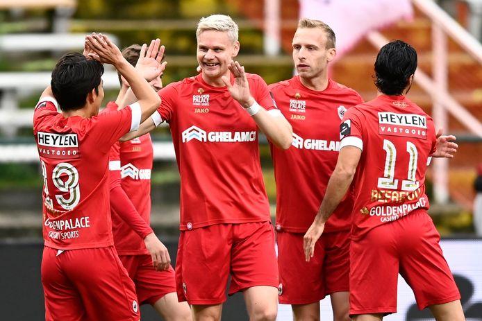 Juklerød viert zijn doelpunt met Miyoshi, Gerkens, De Laet en Refaelov.