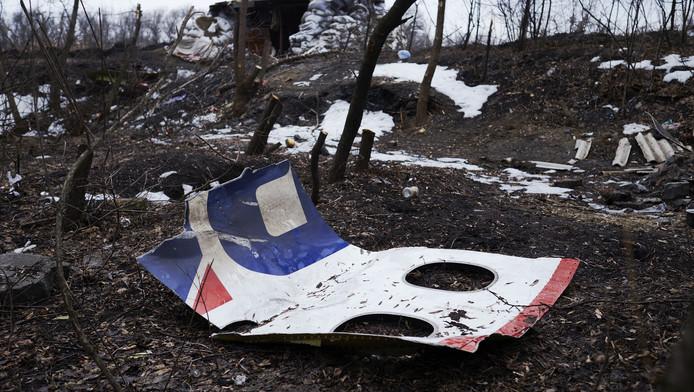 Resten van de MH17 liggen bij een verlaten wegblokkade vlakbij Nikishyne, ter noordwesten van Grabovo.