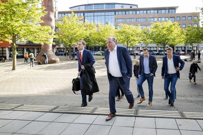 Hans Martijn Ostendorp (met wit overhemd), algemeen directeur van De Graafschap, arriveert voor de behandeling van het kort geding bij de rechtbank in Utrecht. © ANP