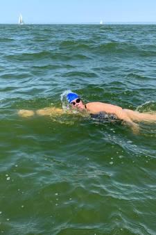 Marèl Olthof uit Hellendoorn zwemt IJsselmeer over en haalt 5.200 euro op voor strijd tegen MS: 'Het is gelukt!'