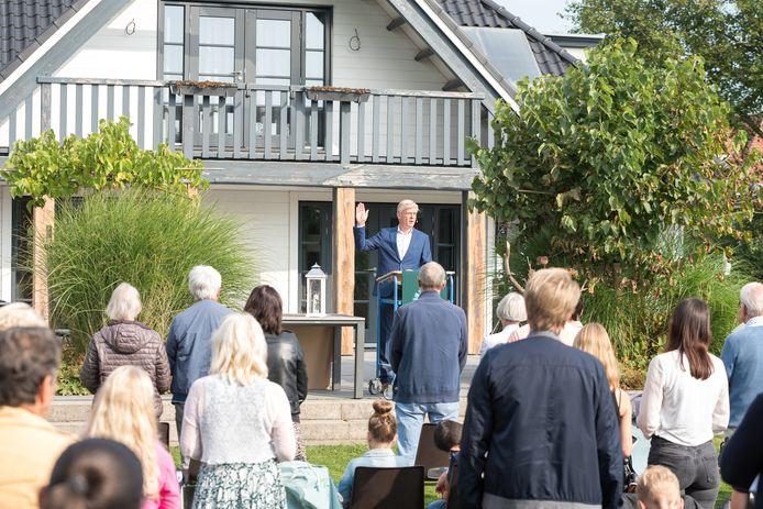 Een Kerkdienst in de tuin door Dominee Freek Schipper van de Thomas Kerk in Zierikzee.