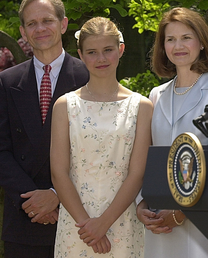 Elizabeth Smart met haar vader Ed en moeder Lois kort nadat ze gered werd.