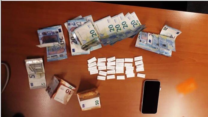 De wikkels met vermoedelijk cocaïne die de 29-jarige man op zak had. Ook het geld is van hem.