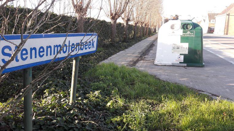 De Woumense glasbol staat nu op een parkeerstrook langs de Iepersteenweg.