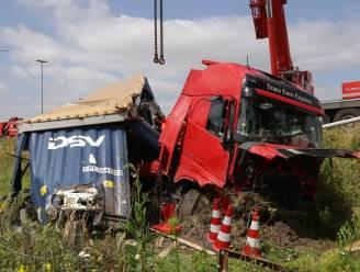 Vrachtwagen belandt in gracht naast E17 na uitwijkmanoeuvre