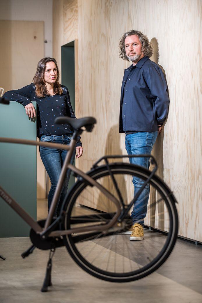 Mars Holwerda van StudioMOM met collega-ontwerper Chantal Rouw en de Fiets van het Jaar 2019, de Cortina Common.