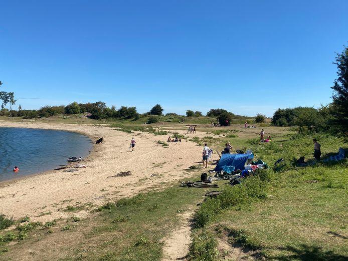 Duitse jongeren hebben een tentje opgeslagen om te vissen, op het strand van de Bisonbaai.