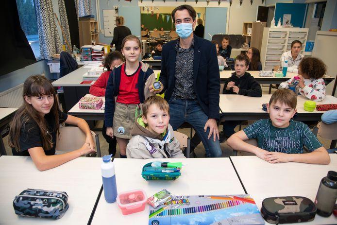 Bij de overhandiging van de CO2-meter kregen de leerlingen van het zesde leerjaar een woordje uitleg over de werking?