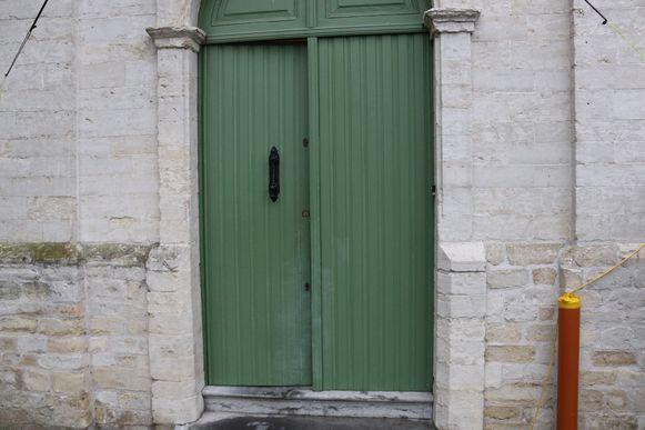 De daders kwamen via de sacristie naar binnen, waar ze het cilinderslot hebben afgebroken.