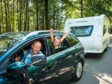 Eindsprint vakantiegangers naar campings Veluwe door hei en zon