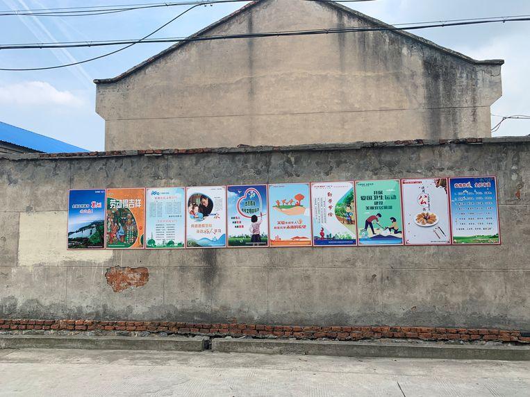 Propagandaposters in een woonwijk in Chaohu Beeld Eefje Rammeloo