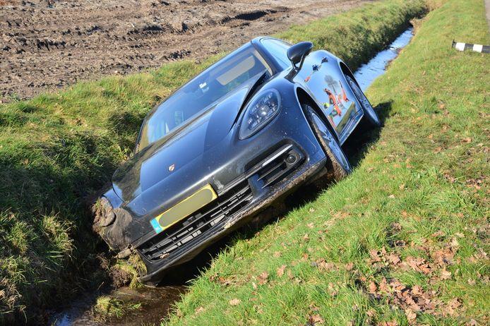 Auto belandt in sloot Rijsbergen.