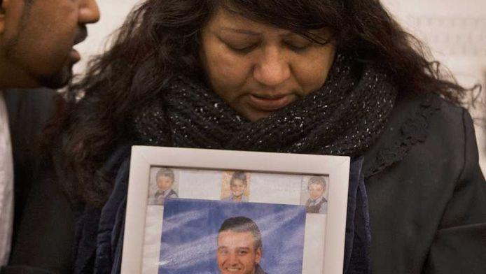 Carla Chandrikasing, de moeder van Rishi, bij de uitspraak.