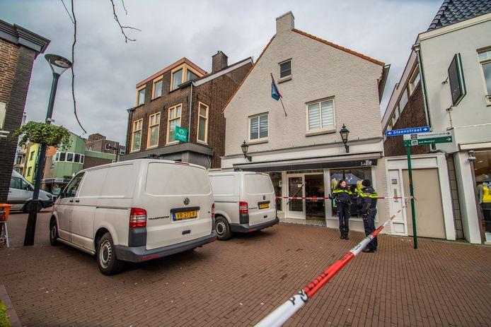 De moord op tonprater Frank Schrijen aan de Steenstraat in Boxmeer: de politie doet onderzoek in de woning.