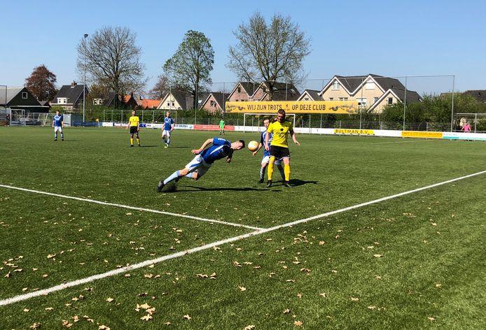 Ramon van den Bosch maakt tevergeefs een duik om de bal te onderscheppen.