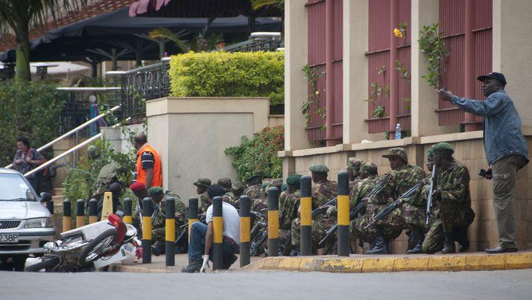 Keniaanse soldaten nemen positie in buiten het Westgate-winkelcentrum in Nairobi. Beeld ap