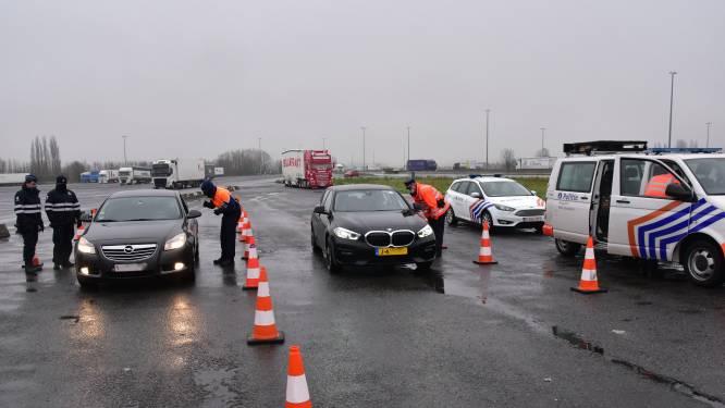 Achtervolging van 35 kilometer nadat auto met Nederlandse nummerplaat wegvlucht tijdens politiecontrole: één inzittende opgepakt, de andere kan ontkomen