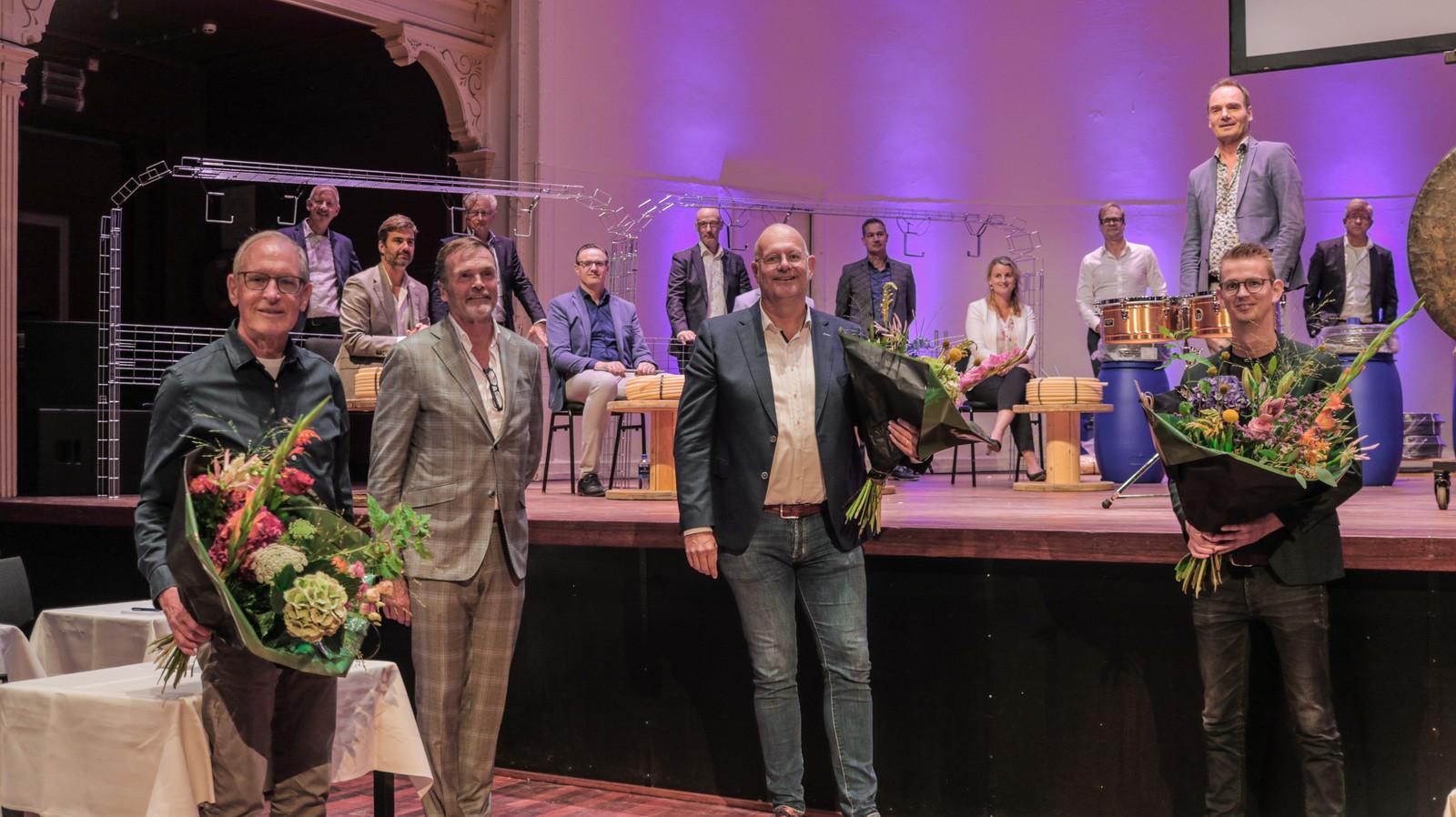 Oosterberg verkast zijn hoofdkantoor weliswaar naar Apeldoorn, maar houdt zijn banden met Zutphen wel in stand. Zo is feestelijk een sponsorovereenkomst met de Buitensociëteit getekend.