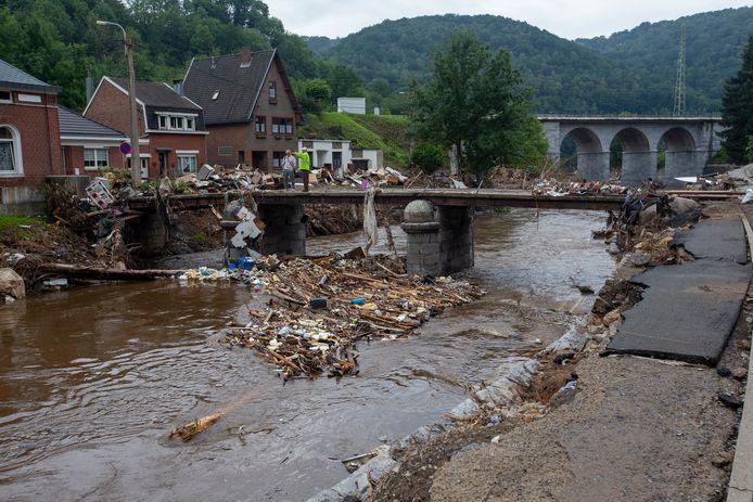 Afval dat tijdens de overstromingen is meegesleurd.