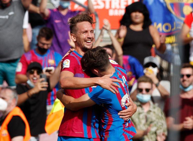 Luuk de Jong viert zijn eerste treffer voor FC Barcelona met Gavi (17), een van de jeugdspelers die tegen Levante in de basis stonden. Barcelona won met 3-0. Beeld REUTERS