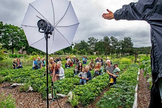 21 grootouders gaan met hun kleinkinderen op de foto tussen de gewassen van de Maldense boerderij Bodemzicht. Zij willen dat er meer aandacht komt voor de kwaliteit van de Nederlandse bodem in het landbouw- en klimaatbeleid.