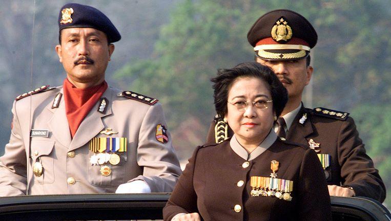 Budi Gunawan (links) op een archieffoto uit 2002 met in het midden de toenmalige presidente Megawati Soekarnoputri. Beeld Reuters