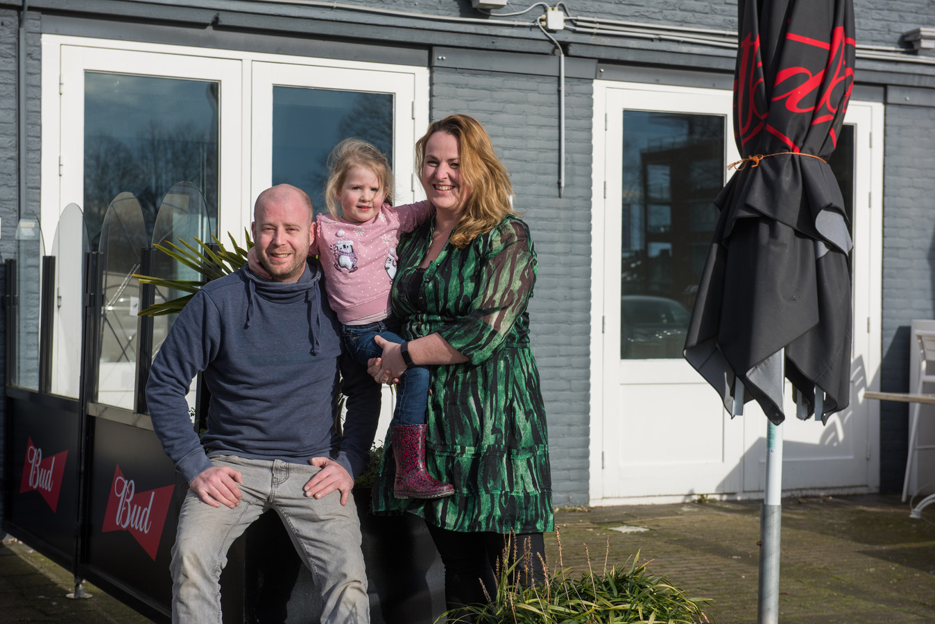 Nick en Rebecca Schaminée met dochtertje Wies voor het pand waarin volgende week Grand Café Sowieso van start gaat.