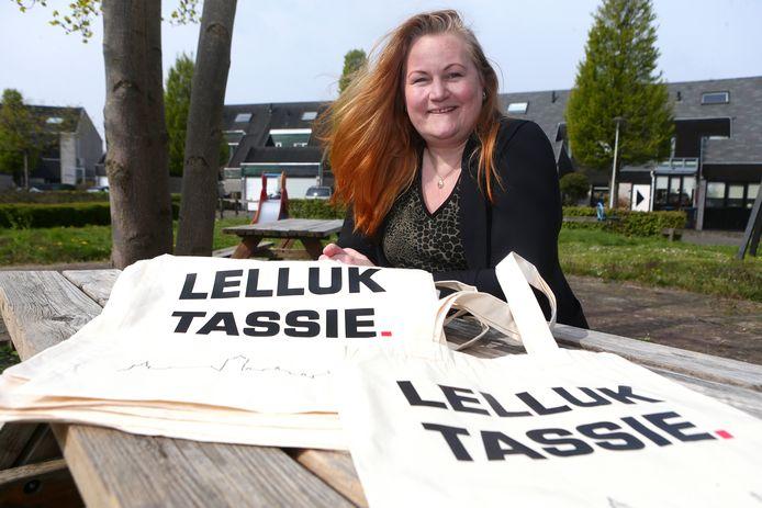 Jacqueline Wolthuis met de 'lelluke tassies'.