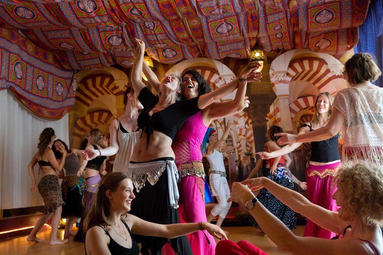 Kaouthar Darmoni, in roze harembroek, tijdens de buikdansles: esoterisch met een vleugje erotiek. Beeld Inge van Mill