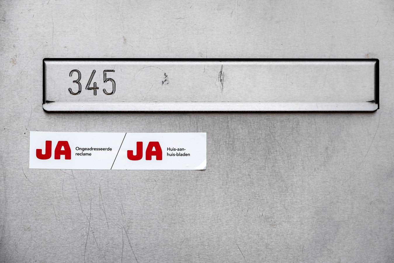 Een ja-jasticker op een brievenbus. In andere gemeenten, waaronder Rotterdam, is dit al gebruikelijk.