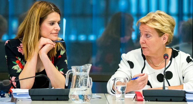 Minister Ank Bijleveld van Defensie (CDA) (r) en Staatssecretaris Barbara Visser van Defensie (VVD) (l)  in de Tweede Kamer. Beeld ANP
