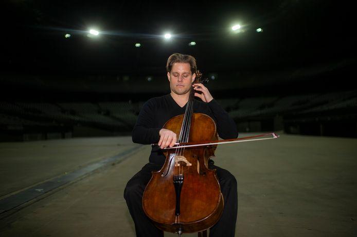 Cellist Christoph Bunzendahl moederziel alleen in het Sportpaleis. Normaal gezien speelt hij er voor bijna twintigduizend mensen.