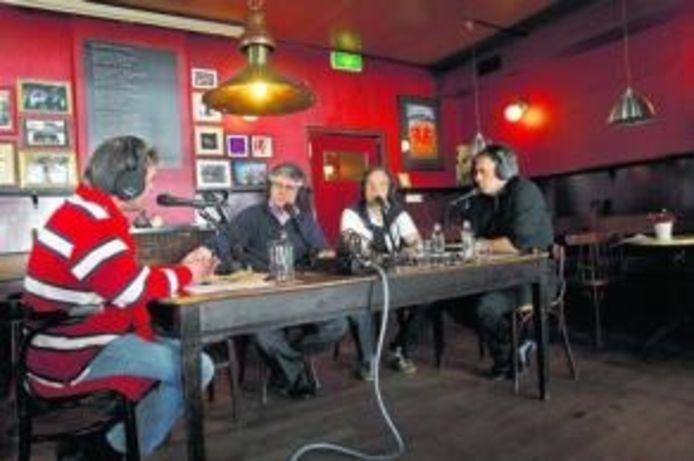 Sfeerbeeld uit het radioprogramma Centraal Café, dat live wordt uitgezonden vanuit café De Kloek. foto Gerard van Offeren/het fotoburo