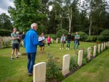 Rondleiding op de Canadese Begraafplaats in Holten mag weer: gidsen staan te popelen met nieuwe verhalen
