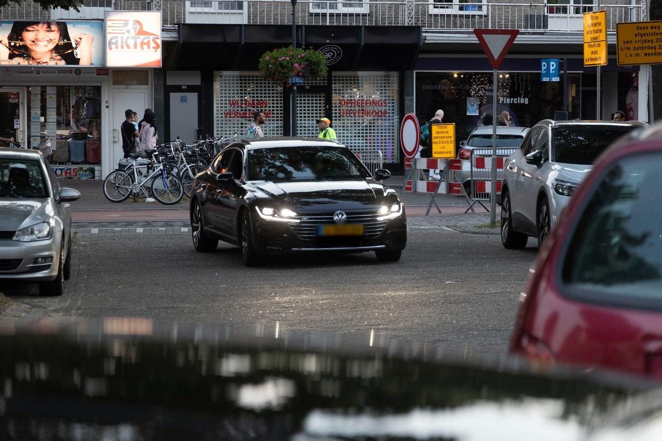 Drukte in de Weverstraat door de afsluiting van de Kruisstraat in Eindhoven.