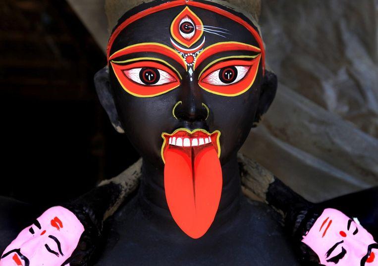 India maakt zich op voor het Hindoestaanse Diwali-festival, oftewel het lichtfestival. Duizenden en duizenden drijvende kaarsjes zullen India deze week verlichten. De voorbereidingen zijn in volle gang.<br /><br />Hier: een kleifiguur van de Hindoegodin Kali. Beeld null