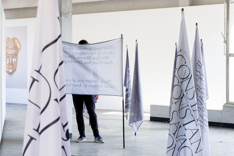 Claiming territory van Linah Dalifa. De kunstenares gebruikt de symboliek van de vlag om ideeën van niet-westerse denkers te propageren. Beeld rv