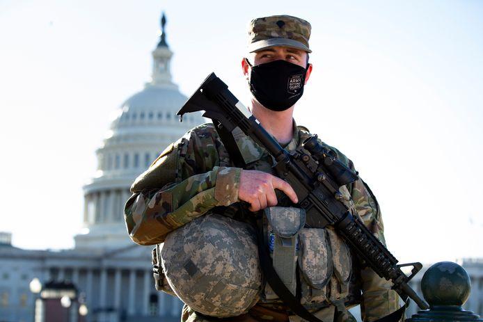 Een lid van de National Guard bewaak het Capitool in Washington.