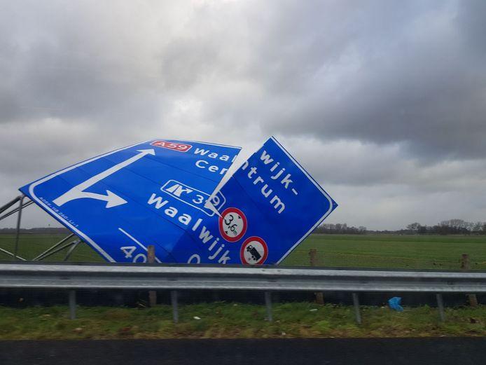 Omgewaaid bord langs de snelweg in Waalwijk.